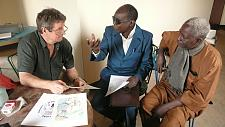 Manfred Weule (MNK) im Gespräch zu Dorugu mit dem Journalisten Belo Marka und dem Zeichner Boukari Mamadou, Zinder 2014